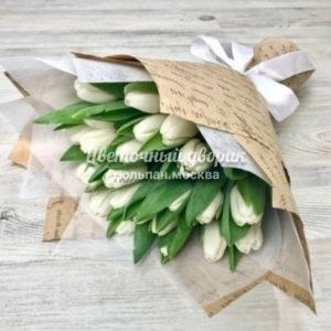 Букет из 25 белых тюльпанов в крафте