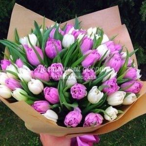 Букет бело-розовый из 49 пионовидных тюльпана в крафте