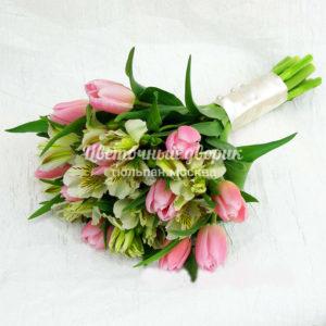 Букет невесты из розовых тюльпанов и альстромерии