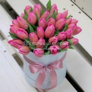 Шляпная коробка с 39 малиновыми тюльпанами