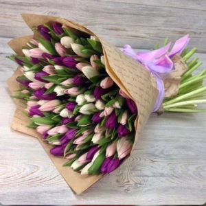 Букет из 101 белых, розовых и сиреневых тюльпанов в крафте