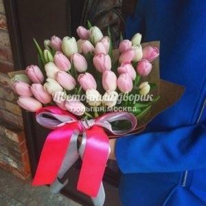 Букет из 49 белых и розовых тюльпанов в крафте