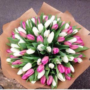 Букет из 101 белого и розового тюльпана в крафте