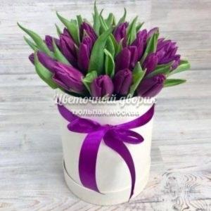 Шляпная коробка с 45 лиловыми тюльпанами