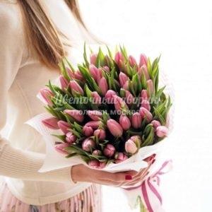 Букет из 45 розовых тюльпанов в крафте
