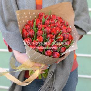Букет из 45 пионовидных красных тюльпанов в крафте