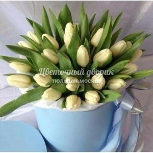 Шляпная коробка с 45 белыми тюльпанами