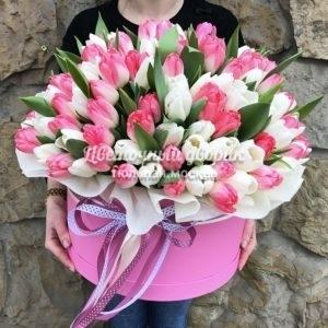 Шляпная коробка из 101 розового и белого тюльпана