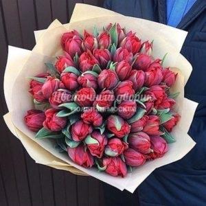 Букет из 49 пионовидных красных тюльпанов в крафте